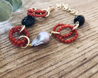 Bracelet with gray scaramazza pearl, coral and onyx