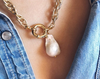 Necklace with aluminum chain, brass clasp and leaning pearl pendant