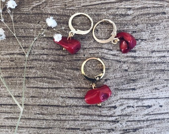 Mono earrings mini circles in gold-plated brass with stones in coral bamboo chips
