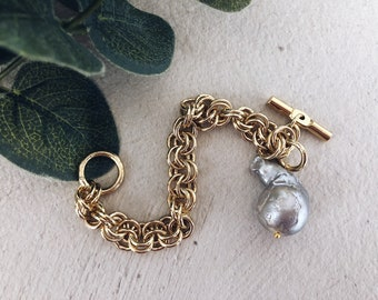 Bracelet with gold-plated aluminum chain, T-shaped brass clasp and pendant lobster gray pearl