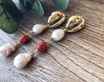 Brass stud earrings in the shape of a shell, coral and scaramazza pearls