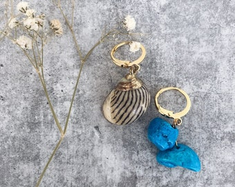 Mini circles earrings in golden brass with turquoise chips stones and natural shell