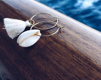Earrings in thin brass circles with shell and cotton tassel