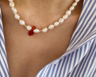 Necklace with freshwater pearls, gilded silver beads and central natural coral