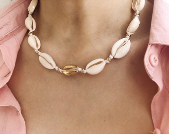 Choker necklace in rope with golden central shell