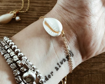 Bracelet with golden brass chain and shell pendant