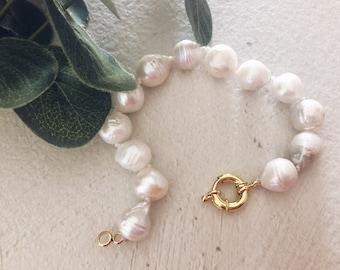 Bracelets with white scaramazza pearls
