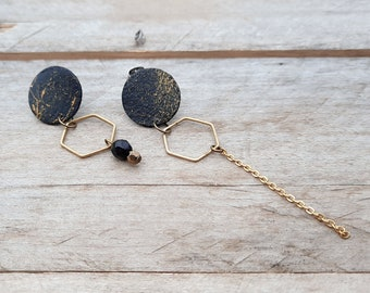 Asymmetric round earrings in recycled wood from Quebec, hand painted. Colors: black and gold painted abstractly.