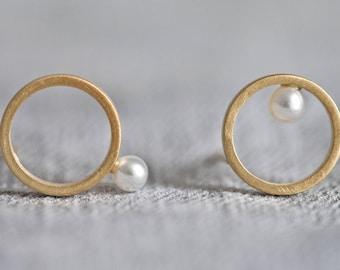 Pearl earrings gold, circle studs pearl, bridal earrings pearl, gold bridal studs, mismatched Pearl studs, geometrical pearl studs