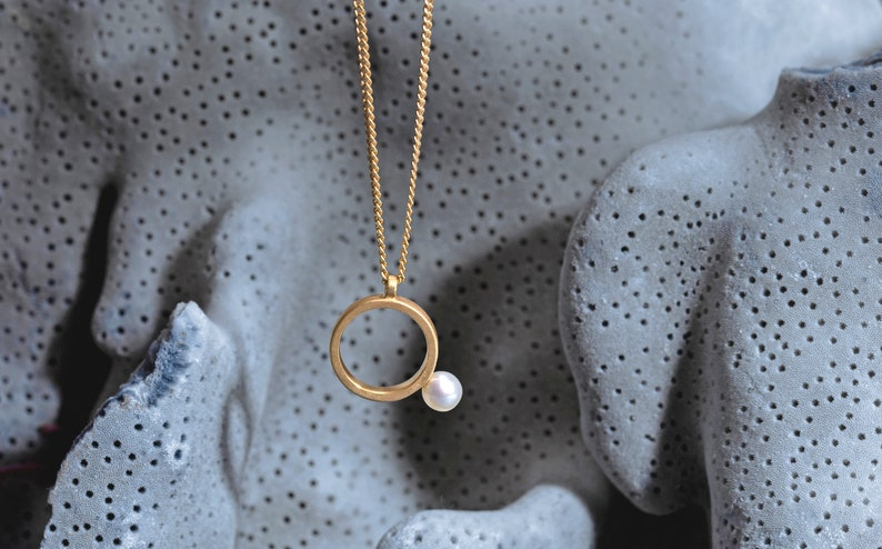 Pearl necklace gold geometric circle pearl pendant pearl image 0