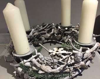 Advent wreath in silvers and whites, christmas candle arrangement, modern advent wreath with snowflakes.