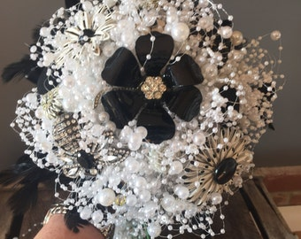 Black and white wedding bouquet with vintage brooches and pearls with feather collar. Bridal bouquet. Vintage bouquet.