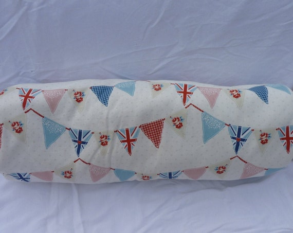 Pillow bolster garlands of multicolored childish flags to tidy up your cuddly toys(fluffs), memories(souvenirs) or collections, photos.