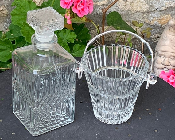 Charming set composed of a whiskey decanter and ice bucket chiseled in transparent glass and vintage silver metal handle