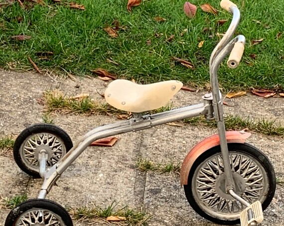 Old tricycle in metal, red and white, collector, very best saddle Collectible toy