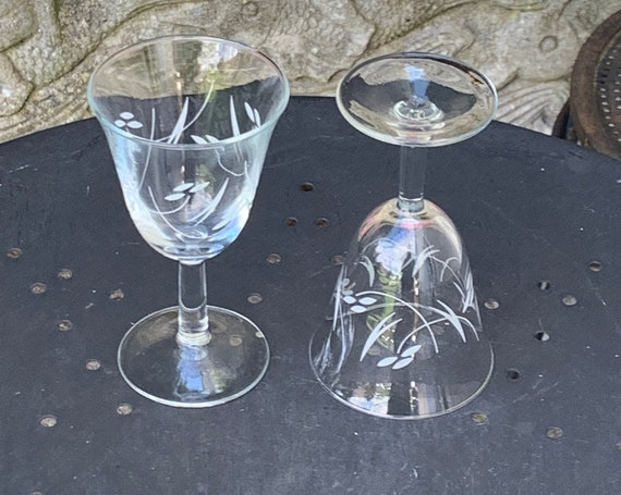 Lot of 9 wine glasses, tulip shape, floral pattern and vintage foliage 1950/60