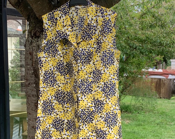 Short dress DONATELLA made in France and vintage 1960, sleeveless, spring / summer, blue and yellow geometric patterns