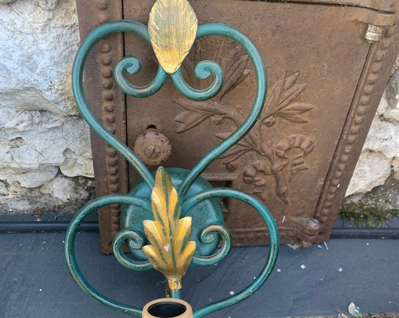 Charming wall light in green metal and vintage gold foliage