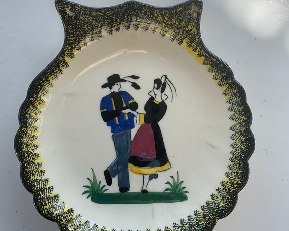 Earthenware plate in the shape of a shell, Breton dancers pattern hand painted stamped HENRIOT QUIMPER FRANCE vintage