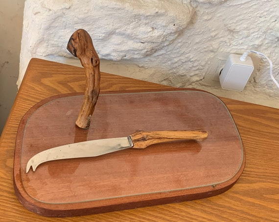 Cheese or charcuterie board, glass and wood tray and stainless steel knife, handles in vintage and design vine shoots 1960/70