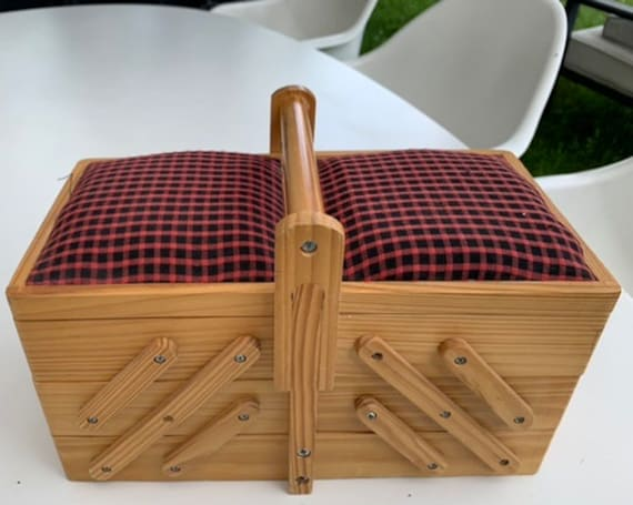 Sewing box in light wood, wooden handle, lots of charm, 5 compartments, for children or adults