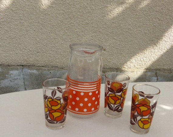 Orangeade service consisting of an orange jug with white polka dots and 4 vintage orange and brown psychedelic flower glasses 1970