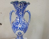 Oriental amphora vase in glazed earth, painted in white and blue, high in corolla shape sign