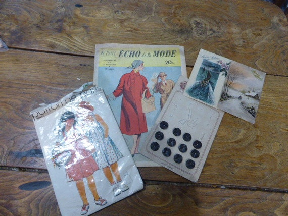 Lot 4 composed of a newspaper Petit echo of the fashion and pattern for dress and a board of 12 buttons in bakelite and postcards circa 1920