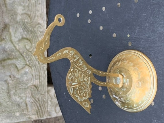 Heron in brass, with chiseled flowers very aesthetic, vintage and design, trendy, to pass the string