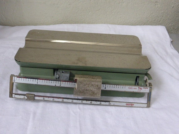 TESTUT brand laboratory scale, in its original wooden box, green metal and intox tray Testut, Origin France. Terraillon factory