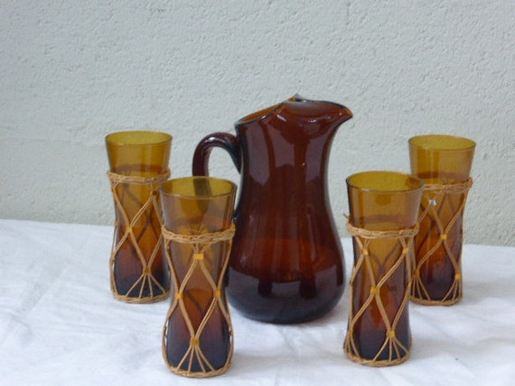 Orangeade service consisting of a carafe in brown glass and 4 ocher glasses dressed in wicker, design form, vintage 1960/70
