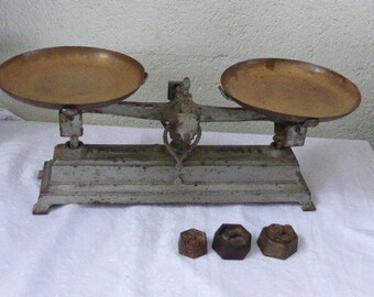 Scales in cast iron force 5 Kg, copper trays and its 3 grocery weights,