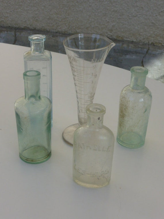 Lot cabinet of curiosities, consisting of a measuring glass test tube and 4 small bottles of old drugs