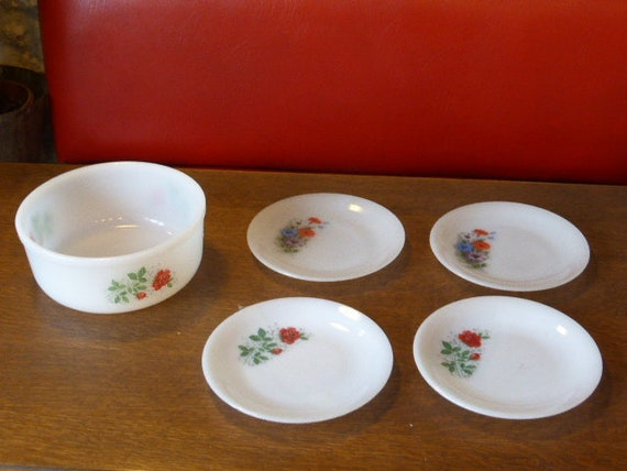 ARCOPAL flowers service, consisting of 5 pieces, salad bowl and 4 small plates 2 roses and 2 vintage bindweed 1970