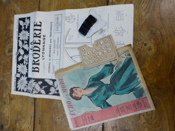 Lot 5 composed of a newspaper Petit echo of the fashion and journal de la broderie and 20 buttons, boucle and postcards circa 1927
