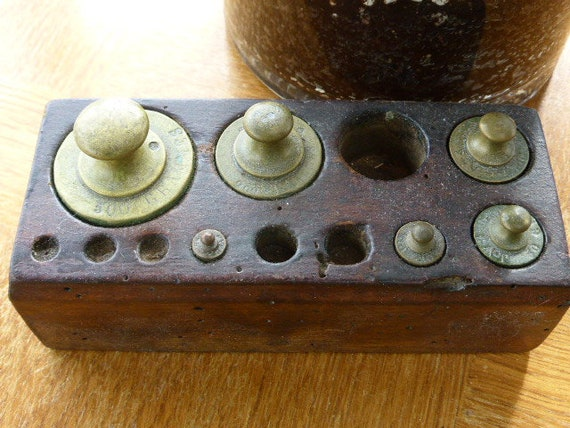 Box of 5 wooden weights, grammage engraved on the weights, old,