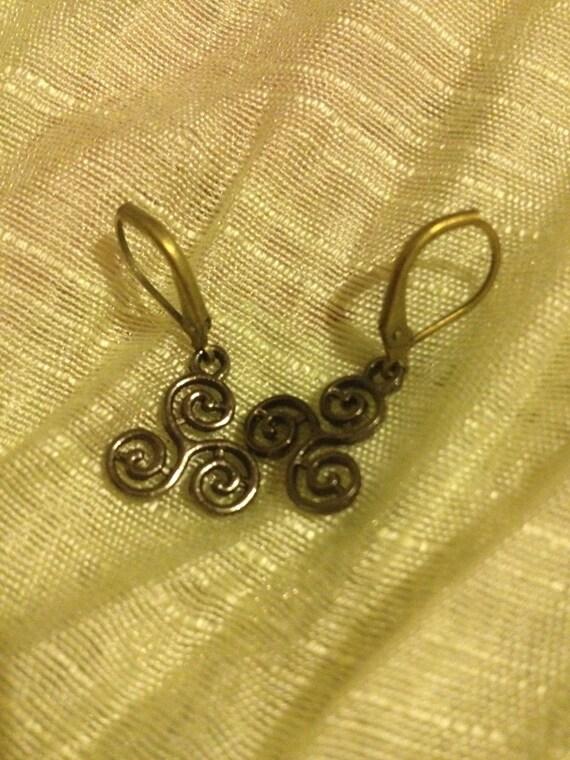 Schöne Bronze keltischen Wirbel Triade Ohrringe auf Hebel