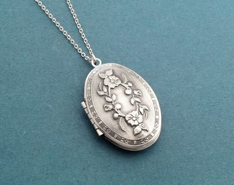 Flower engraving necklace Antique silver locket photo necklace Family gift Best friend gift Boyfriend gift Girlfriend gift Birthday gift