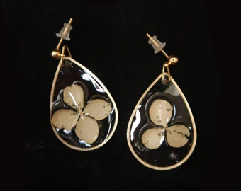 Golden drop earrings, resin and ivory flowers