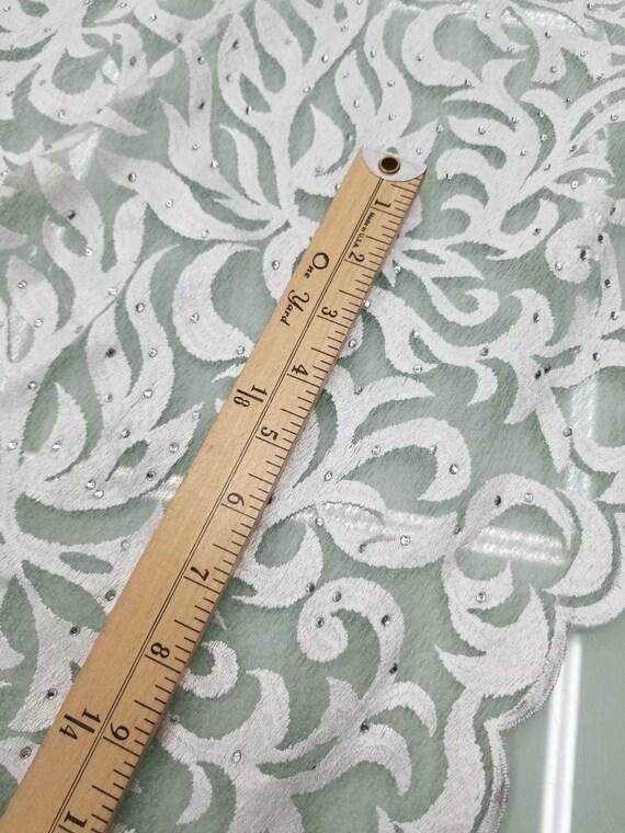 Tissu doux et avec drapé de dentelle blanc beau design tourbillonnant avec et des pierres utilisables pour les vêtements, accessoires et conception intérieure.  52