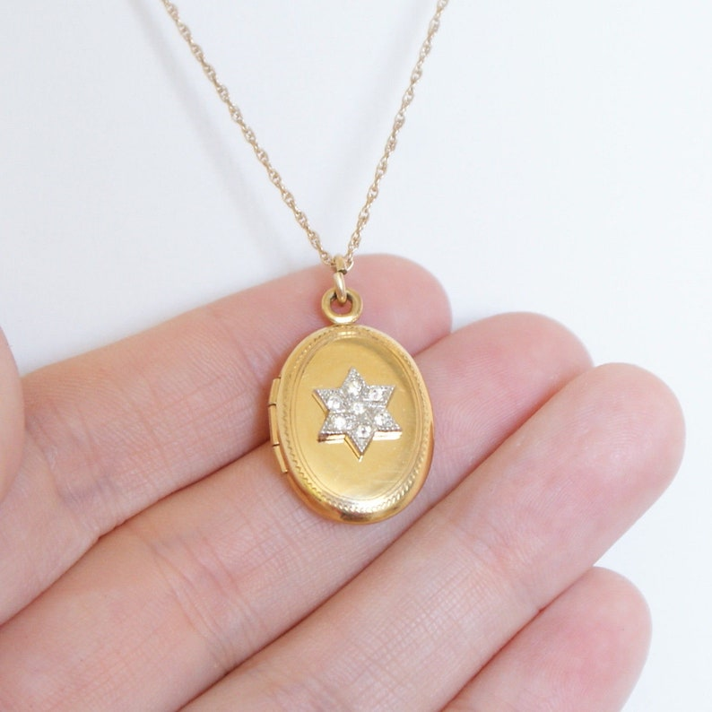b43cb9bcd2a7d Vintage 1960s 12k Gold Filled Oval Photo Locket Necklace