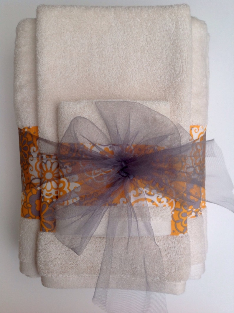 Elegant beige/off white towels with a beautiful pattern to image 0