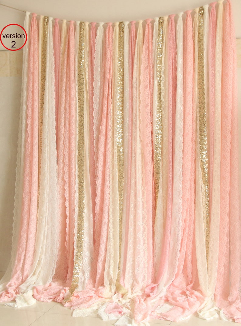 Photo d'un sublime rideau rose, blanc et or - Créatrice ETSY : SilverDrawer