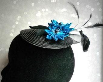 Bibi chic à fleurs en tissu bleu scintillant, noeud et plumes