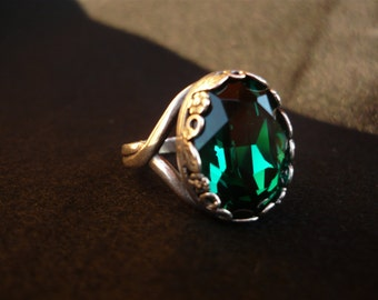 Ancient ring with emerald green swarovski