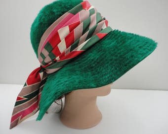 6b48f8ba189 1960 s green hat with scarf