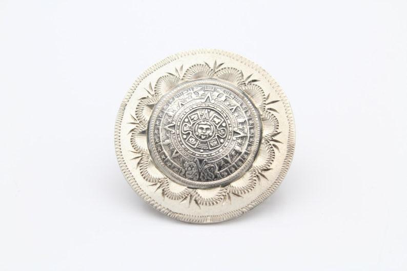 70083e62b5ae Bien hecho calendario Azteca medallon colgante-broche en plata