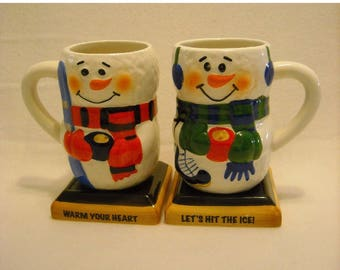 2 Collectible Bay Island CIB Snowmen Winter or Christmas Tall Mugs w Square Bases and Mittens. Warm Your Heart & Let's Hit the Ice. qgka