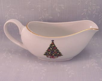 Vintage 1980s Sea Gull Large Gravy Boat. Christmas Tree Center on White with Gold Trim by Jian Shiang. Discontinued Fine China Pattern. qJha