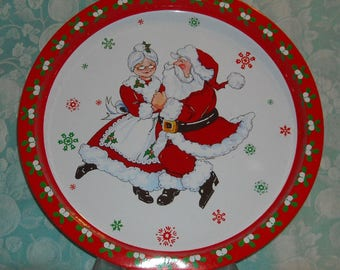 Vintage Christmas Serving Tray. 1981 Giftco Holiday Metal Platter w Santa & Mrs. Claus Dancing and Retro Floral Design on Border. piua